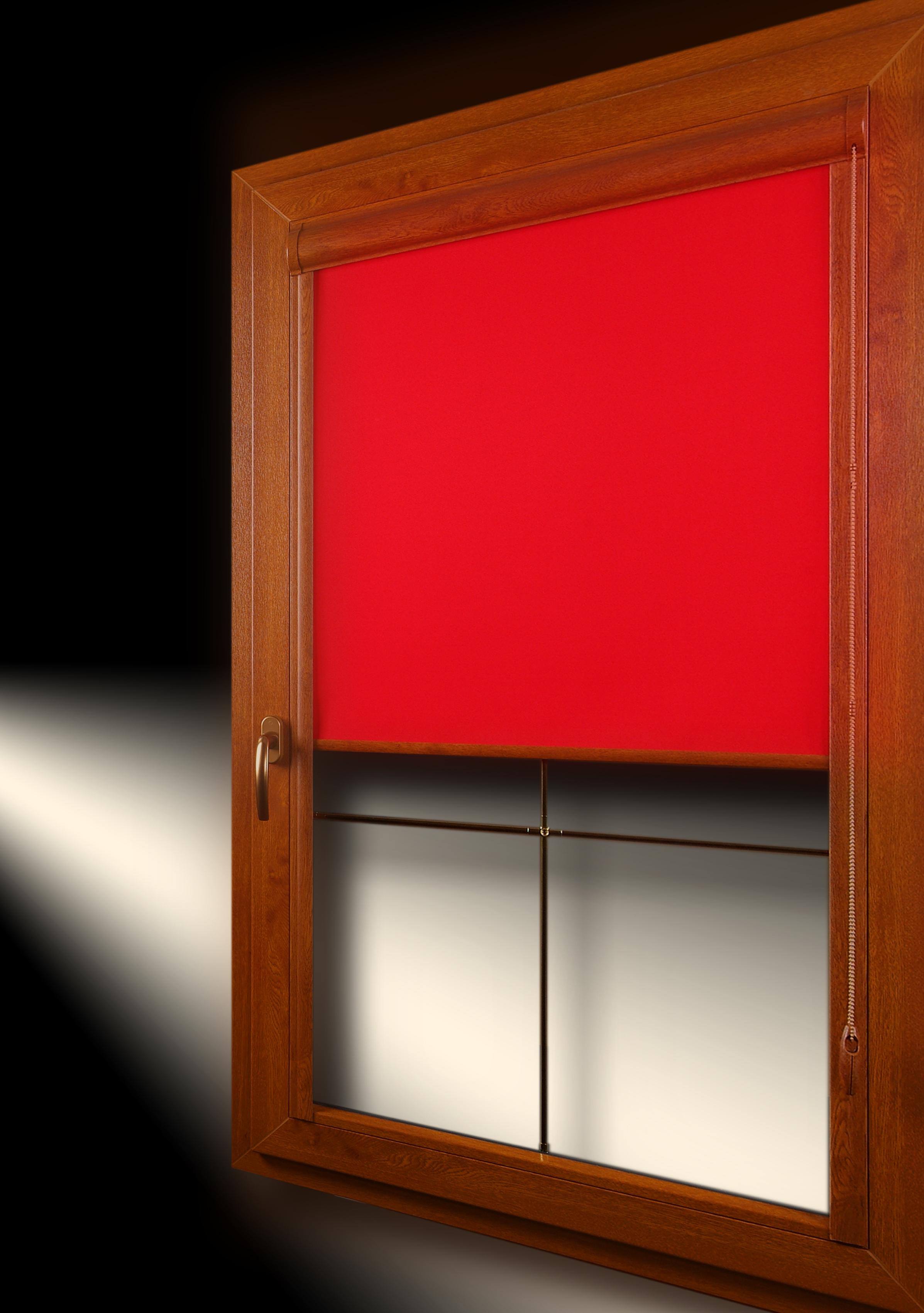 roleta materiałowa w kolorze czerwonym, kaseta iprowadnice rolety dopasowane do koloru okna złoty dąb