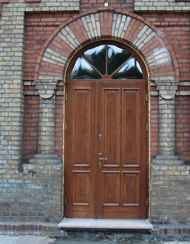 drzwi z drewna dwuskrzydłowe, z naświetlem w łuku, szkło wypukłe- drzwi montowane w budynku zabytkowym