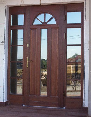 drzwi wejściowe z ogromnymi przeszkleniami wokół skrzydła, wysokie skrzydło drzwi