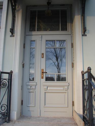drzwi wejściowe dwuskrzydłowe z drewna dębowego, naświetle górne, szyba lustro weneckie - kamienica w Sopocie