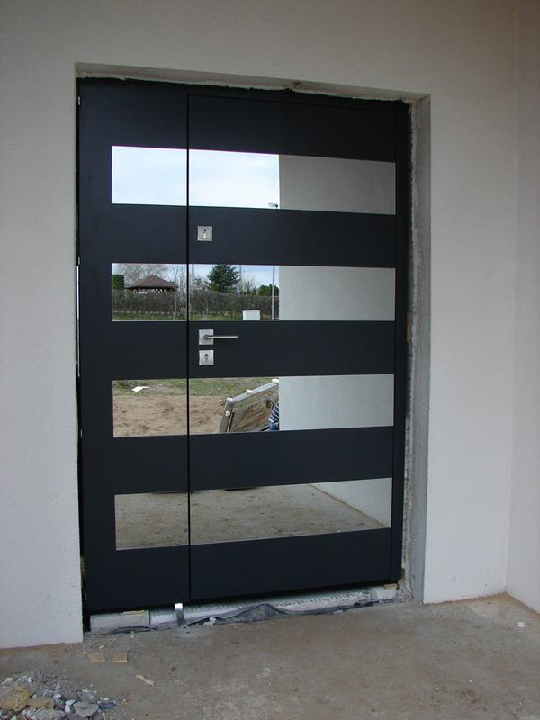 drzwi z drewna, dopasowane do otworu drzwiowego, skrzydło i dostawka, obie części drzwi otwierane, szyba licowana z powierzchnią drewna, zdjęcie zrobione w trakcie montażu