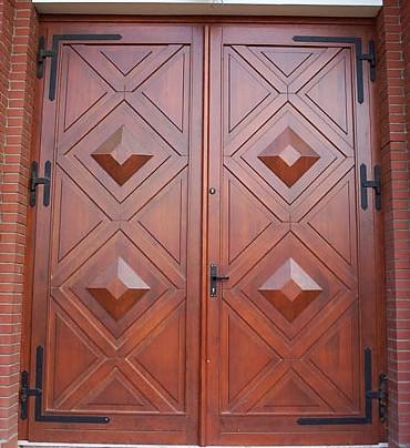 szerokie drzwi zabytkowe z drewna, dwa otwierane skrzydła, 4 aplikacje głęboko rzeźbione