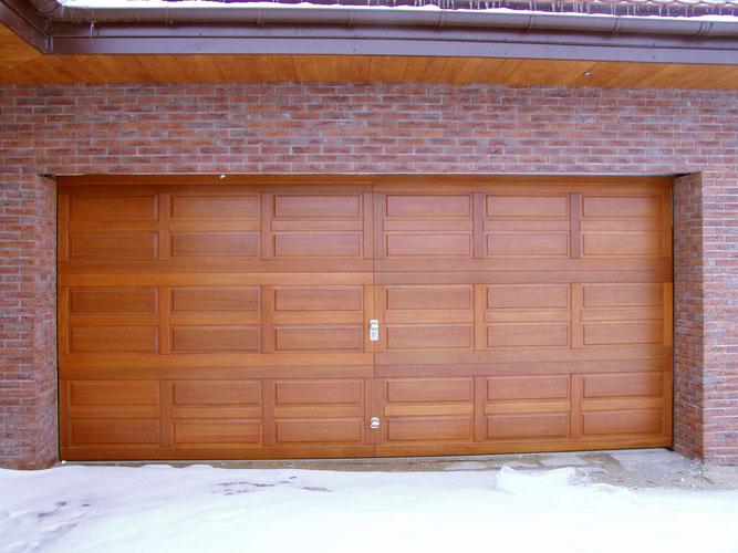 szeroka brama garażowa z drewna, układ drewna kasetonowy