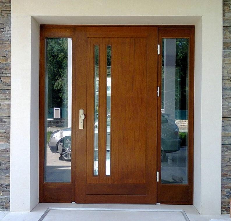 nowoczesne drzwi z drewna o niestandardowych wymiarach, z naswietlami bocznymi, w skrzydle pionowe wąskie szyby, wyposażone w  klamko- gałkę
