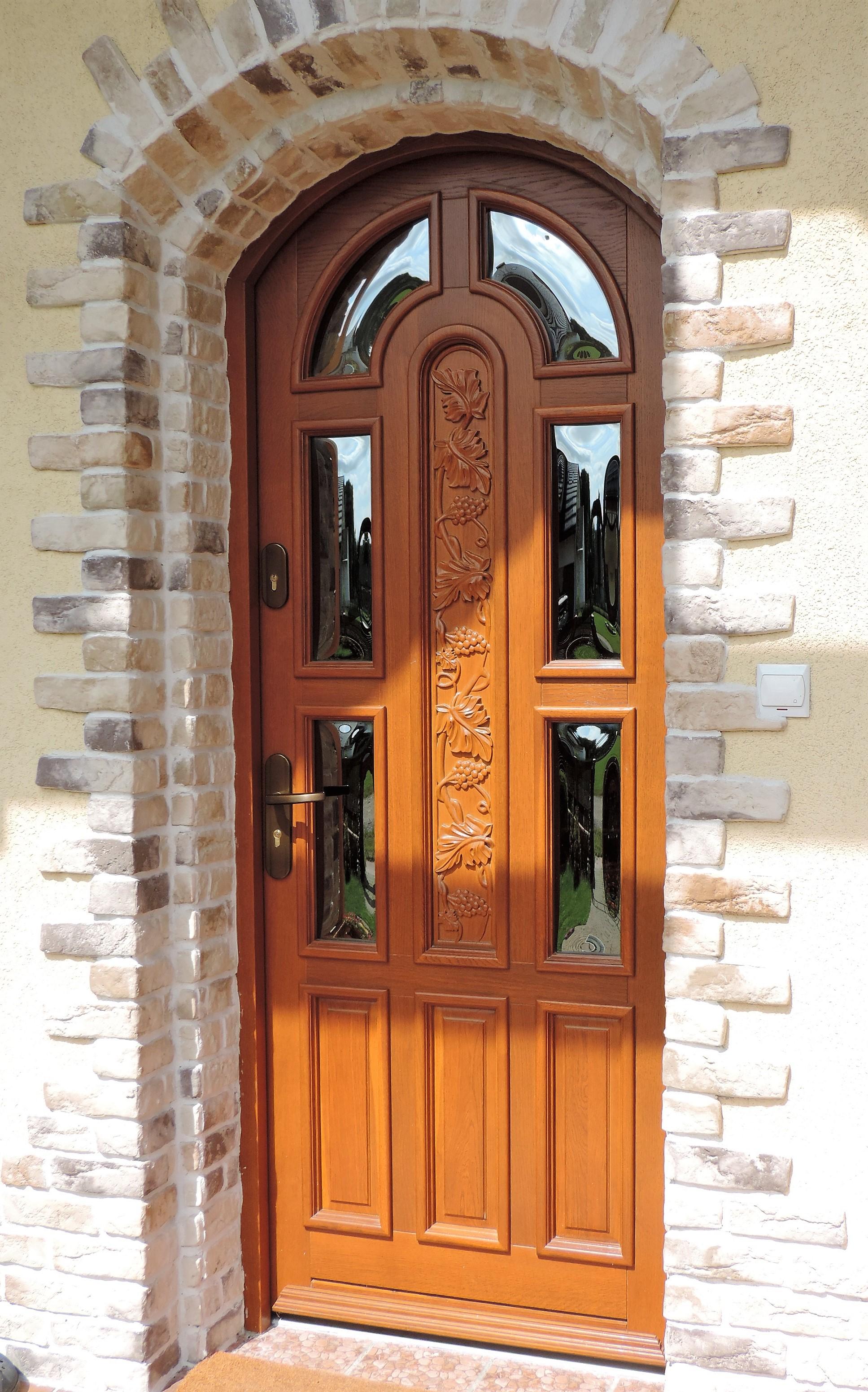 drzwi łukowe, z drewna dębowego w kolorze złoty dąb, szyba reflex, szyldy i klamka w kolorze starego złota