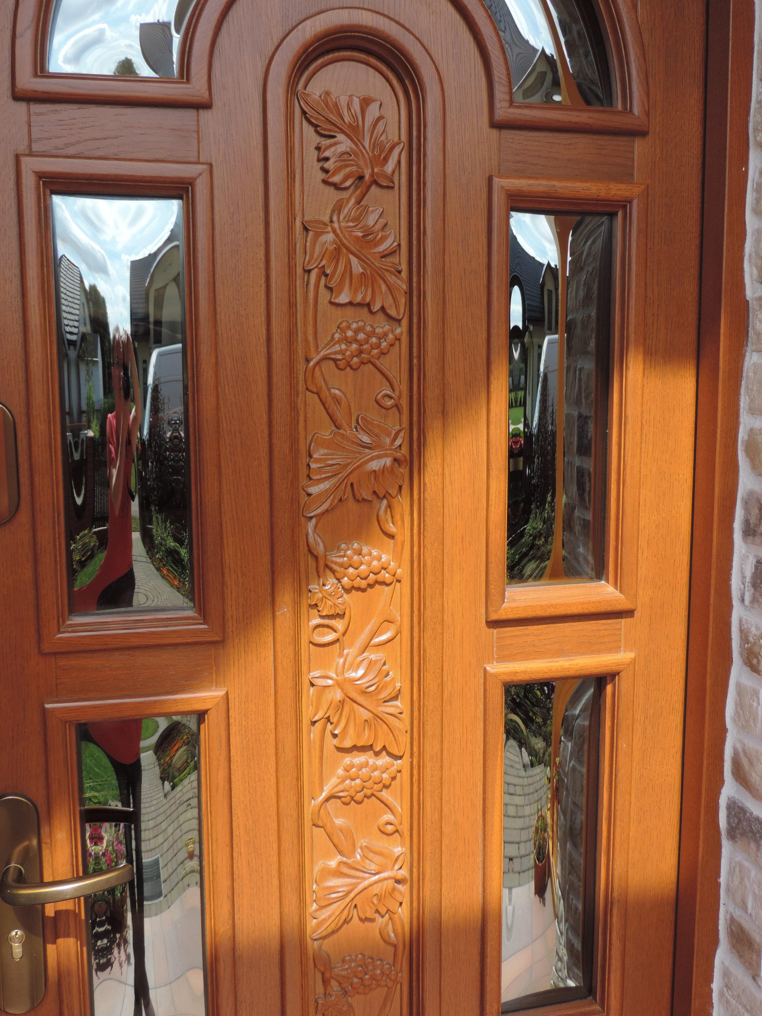 rzeźbiona część środkowa drzwi - kiście winogron, szyba w pełni bezpieczna