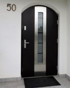 drzwi wejściowe w łuku, szyba antywłamaniowa- piaskowana - wzór poprzeczne paski