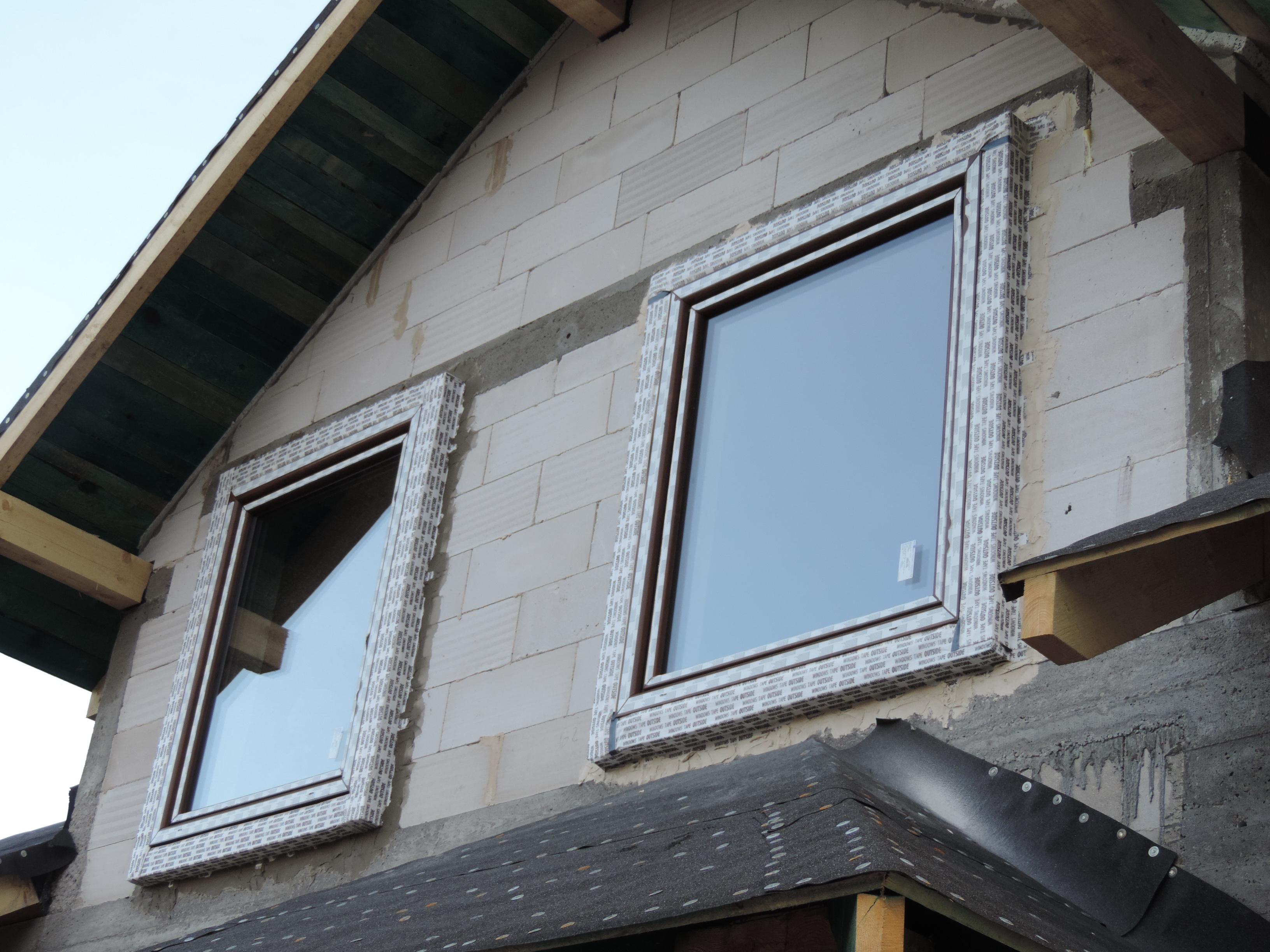 11. widok zamontowanych okien na piętrze domu w strefie docieplenia