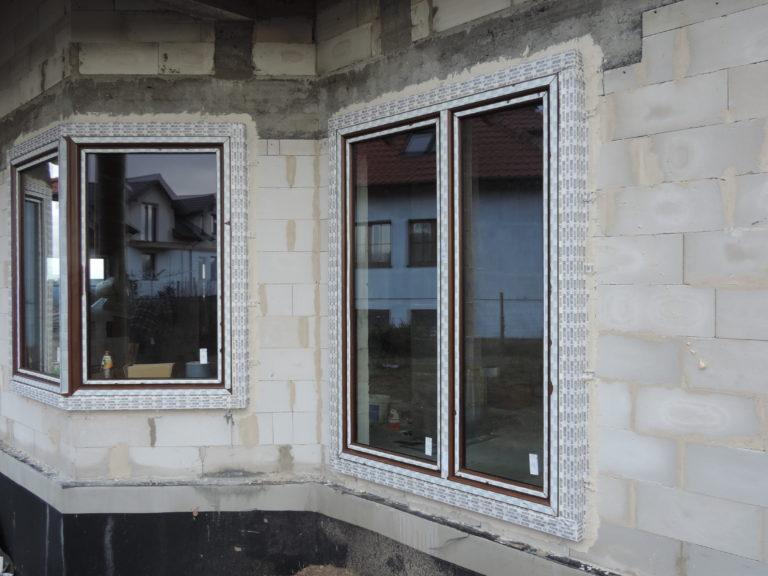 11. 2 okna- narożne i dwuskrzydłowe osadzone w strefie docieplenia w ciepłym montażu na konsolach