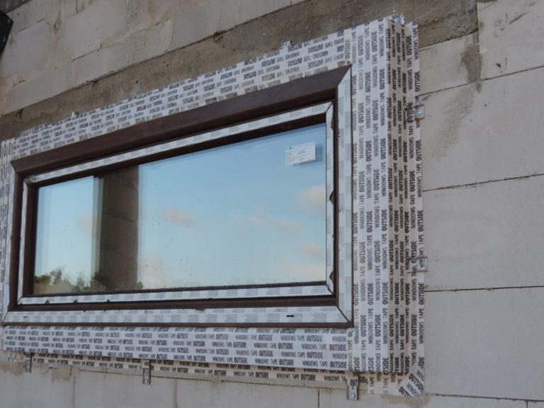 11. widok zamontowanego na konsolach małego okna