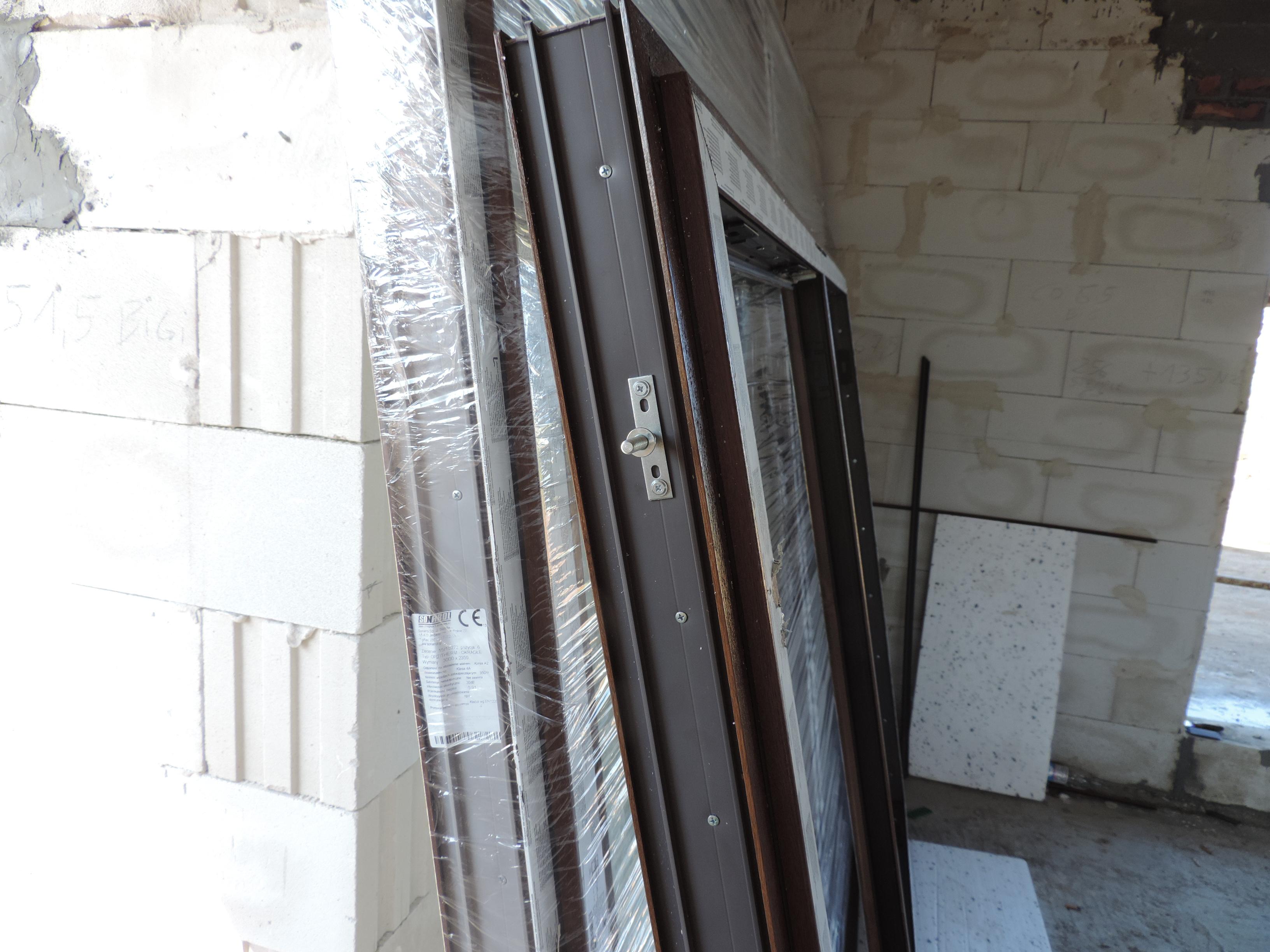 2. przymocowane elementy konsol do ramy okiennej
