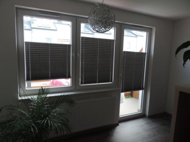 zaluzje plisowane na trzech oknach obok siebie