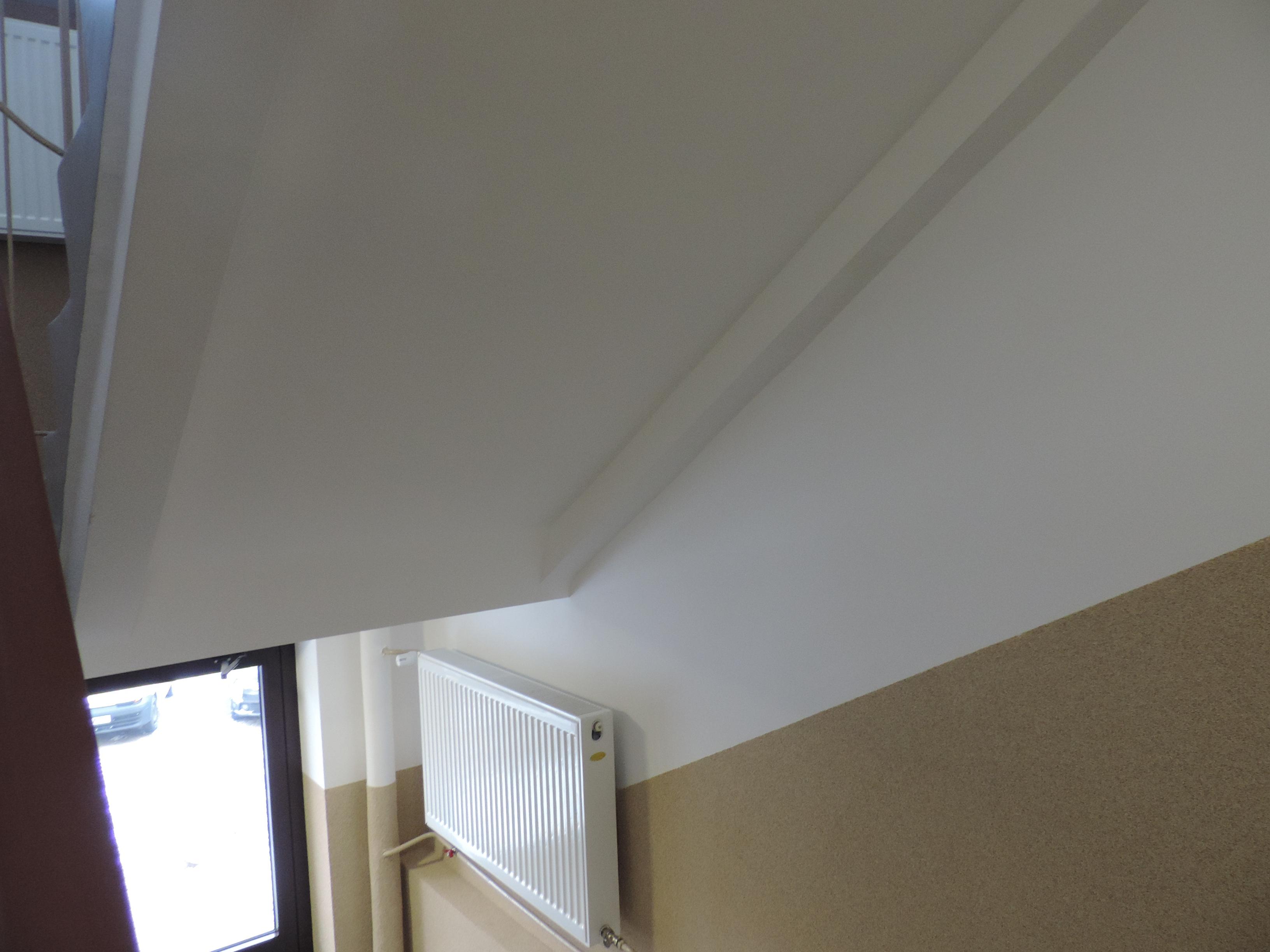 fragment sufitu i ściany po remoncie