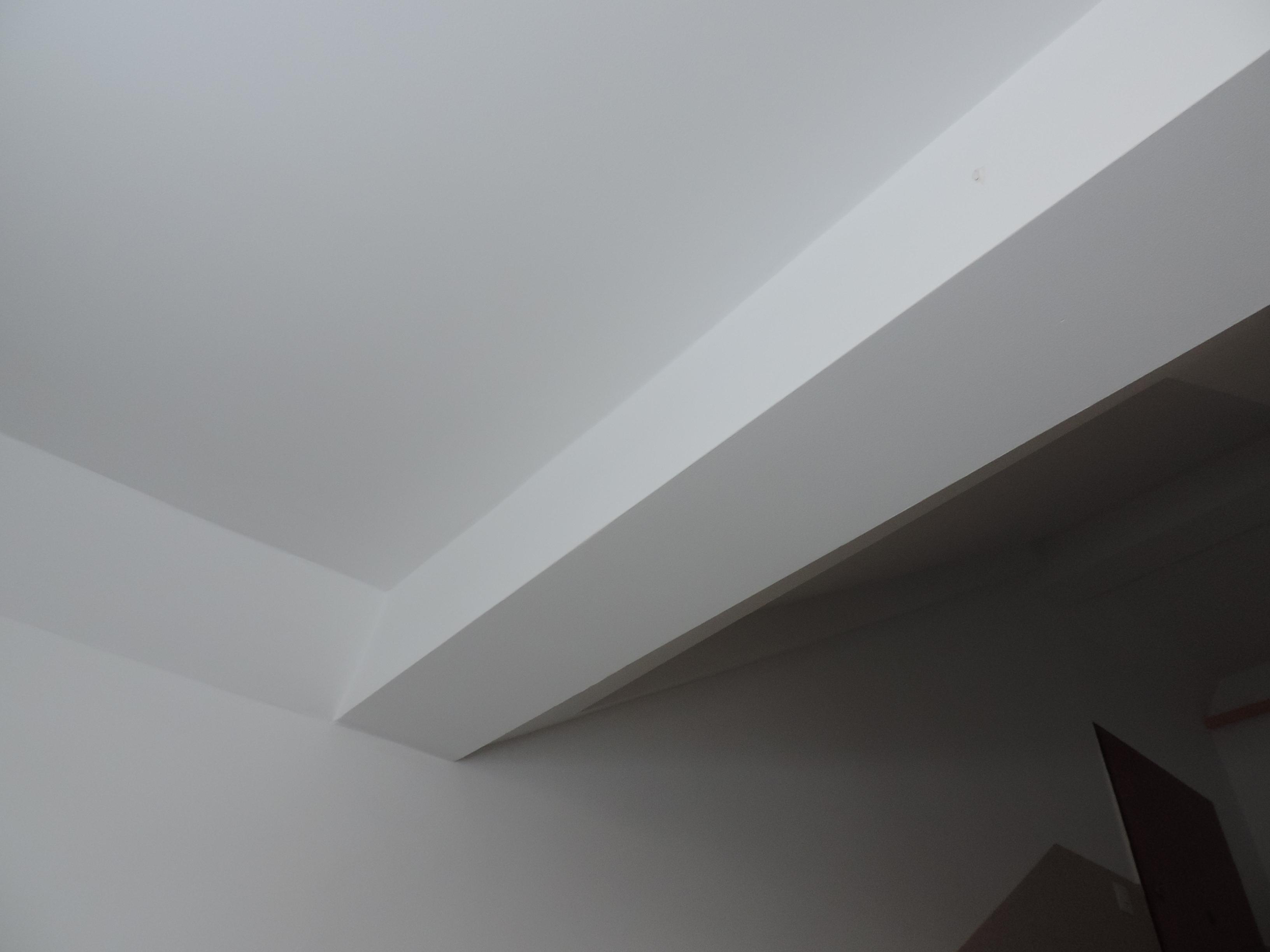 sufit po położeniu gładzi i malowaniu, farba biała Tikkurila