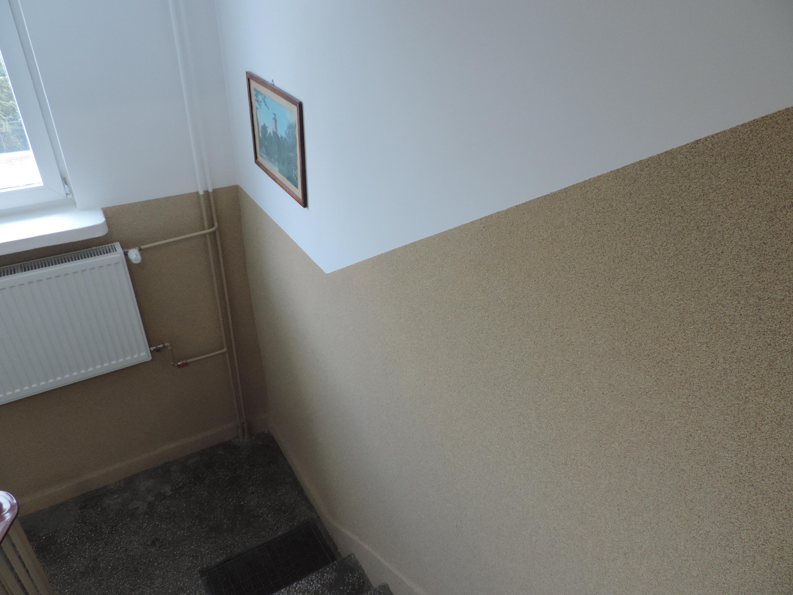 fragment klatki przy oknie - przemalowane parapety na biało