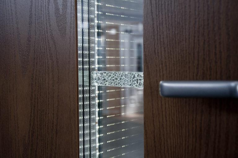 oświetlenie led w szybie zespolonej drzwi kompozytowych, dodatkowo ozdobna wstawka na szkle