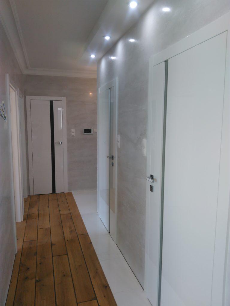 przepiękne połyskowe drzwi bez widocznych zawiasów, zamki magnetyczne