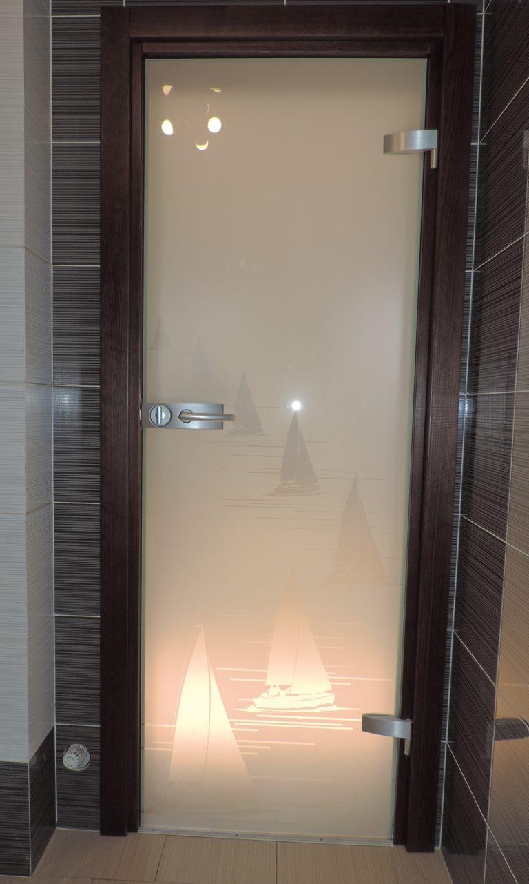 drzwi ze szkła do łazienki, wzór żaglówki, okucia srebrne