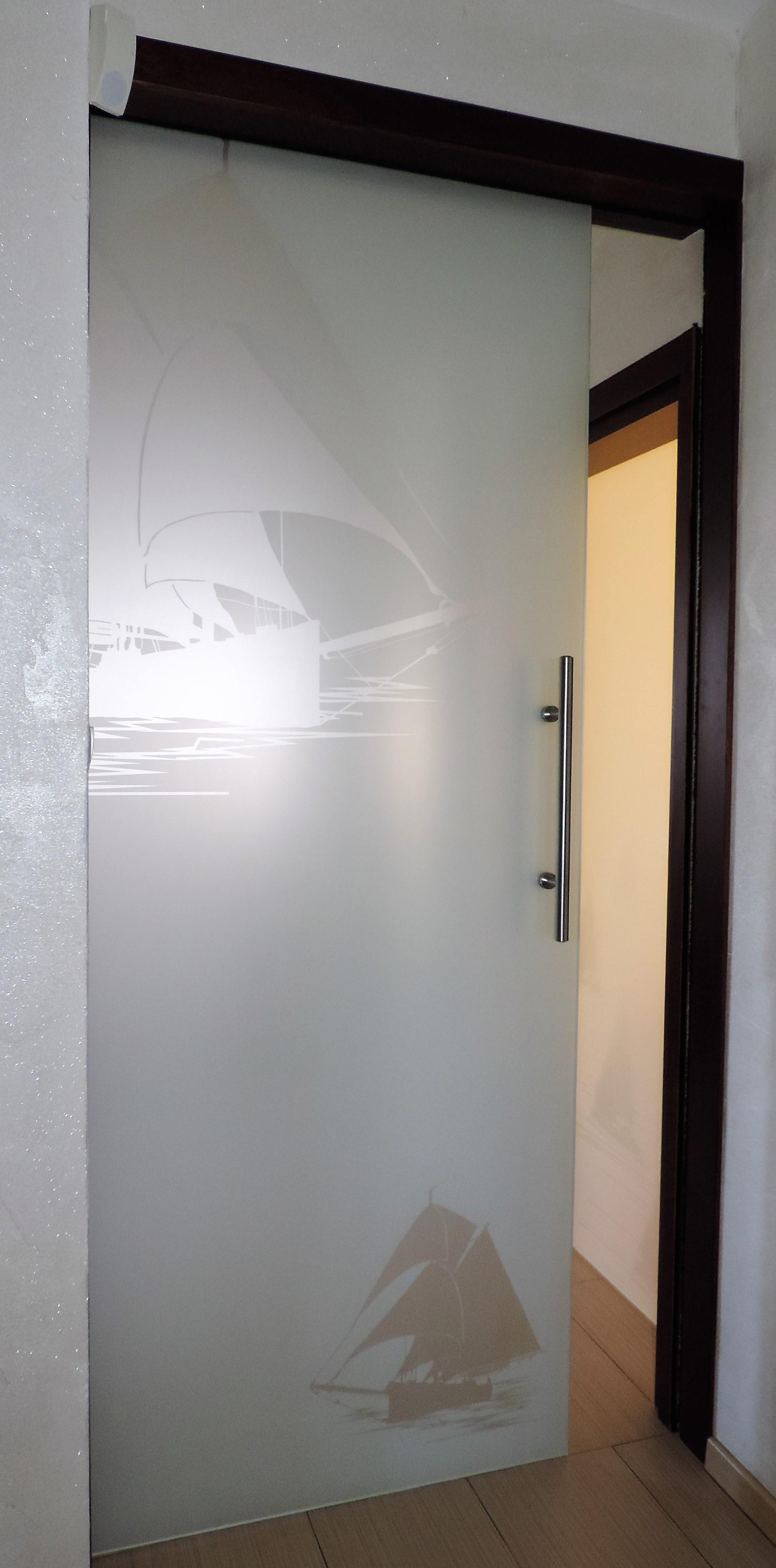 przesuwne drzwi szklane, szkło matowe, motyw morski- żaglowiec